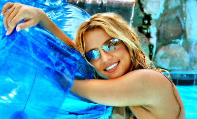 britney-spears-in-the-pool